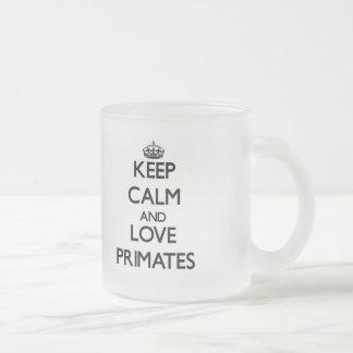 Guarde la calma y ame a los primates taza de cristal