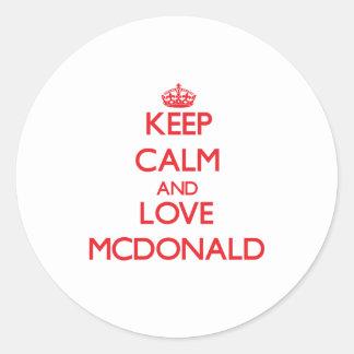 Guarde la calma y ame a Mcdonald Etiqueta Redonda