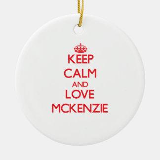 Guarde la calma y ame a Mckenzie Ornamentos De Navidad