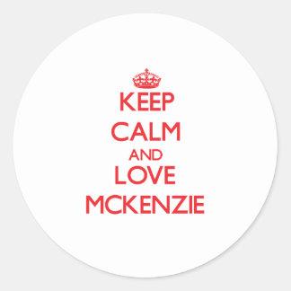 Guarde la calma y ame a Mckenzie Etiqueta Redonda