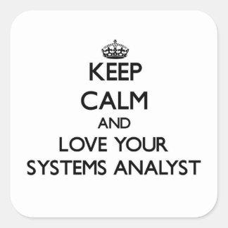 Guarde la calma y ame a su analista de sistemas calcomanías cuadradass personalizadas