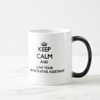 Guarde la calma y ame a su ayudante administrativo taza mágica
