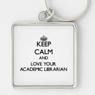 Guarde la calma y ame a su bibliotecario académico llavero cuadrado plateado