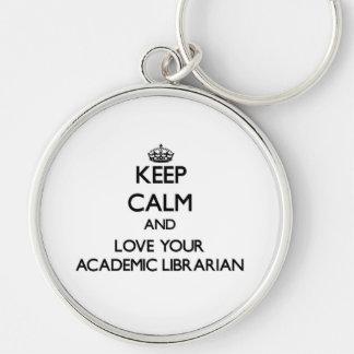 Guarde la calma y ame a su bibliotecario académico llavero personalizado