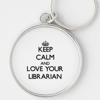 Guarde la calma y ame a su bibliotecario llavero redondo plateado