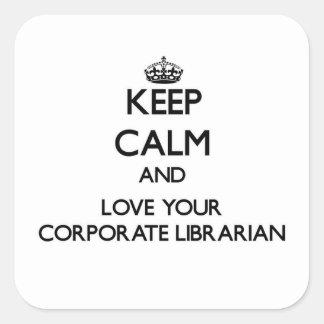 Guarde la calma y ame a su bibliotecario pegatina cuadrada