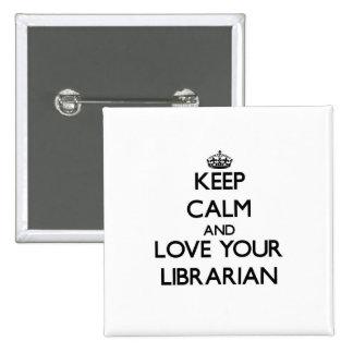 Guarde la calma y ame a su bibliotecario pin cuadrada 5 cm