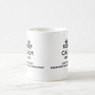 Guarde la calma y ame a su consultor de las ventas taza básica blanca