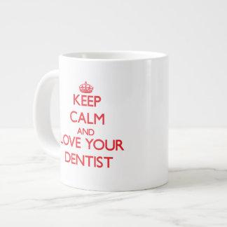 Guarde la calma y ame a su dentista taza extra grande