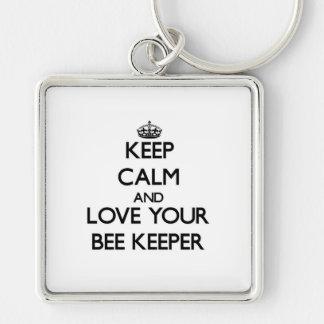 Guarde la calma y ame a su encargado de la abeja llavero cuadrado plateado