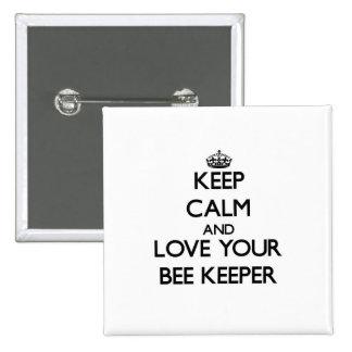 Guarde la calma y ame a su encargado de la abeja pin cuadrada 5 cm