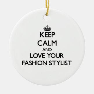 Guarde la calma y ame a su estilista de la moda adorno navideño redondo de cerámica