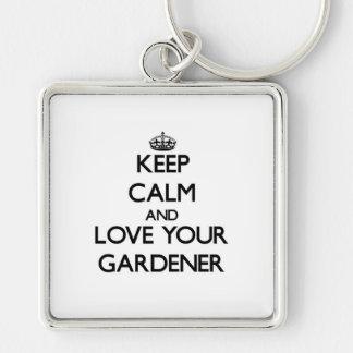 Guarde la calma y ame a su jardinero llavero cuadrado plateado