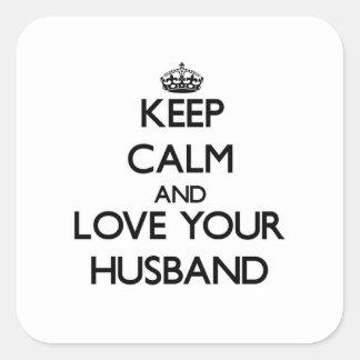 Guarde la calma y ame a su marido pegatina cuadrada