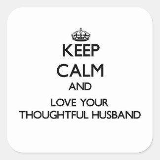 Guarde la calma y ame a su marido pensativo pegatina cuadrada