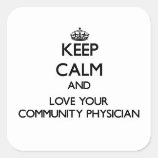 Guarde la calma y ame a su médico de la comunidad pegatina cuadrada