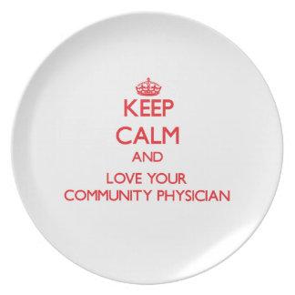 Guarde la calma y ame a su médico de la comunidad platos de comidas