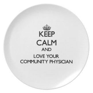 Guarde la calma y ame a su médico de la comunidad platos