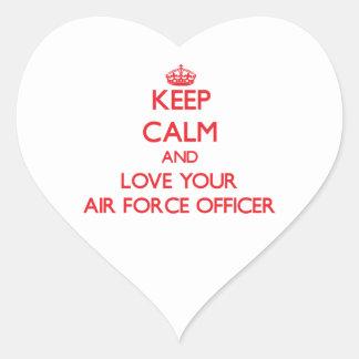 Guarde la calma y ame a su oficial de fuerza aérea pegatina en forma de corazón