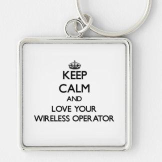 Guarde la calma y ame a su operador inalámbrico llavero cuadrado plateado