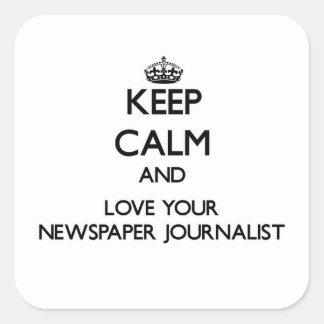 Guarde la calma y ame a su periodista del pegatina cuadradas personalizadas