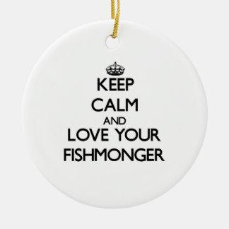 Guarde la calma y ame a su pescadero adorno redondo de cerámica
