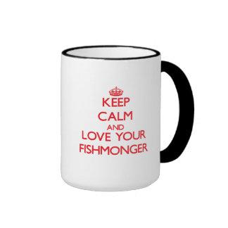 Guarde la calma y ame a su pescadero tazas