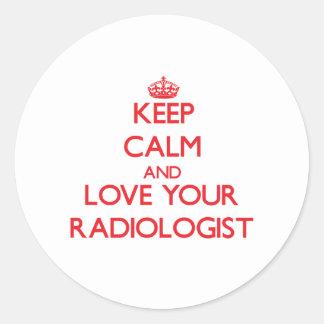 Guarde la calma y ame a su radiólogo pegatina redonda