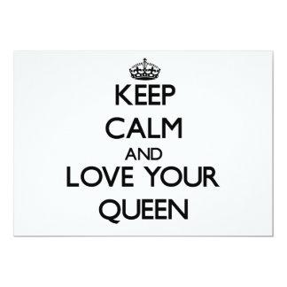 Guarde la calma y ame a su reina invitación personalizada