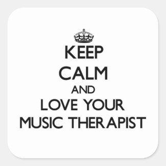 Guarde la calma y ame a su terapeuta de la música calcomanía cuadrada