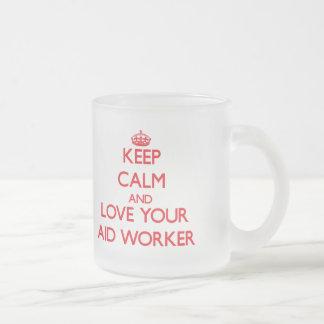 Guarde la calma y ame a su trabajador de ayuda taza de café