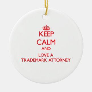 Guarde la calma y ame a un abogado de la marca adorno navideño redondo de cerámica