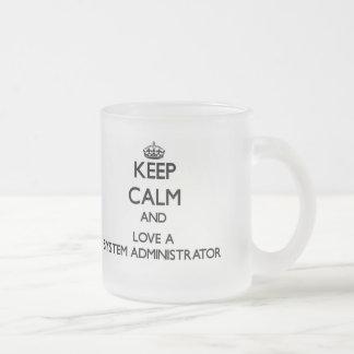 Guarde la calma y ame a un administrador de sistem taza de café