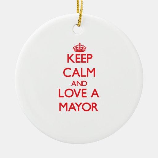 Guarde la calma y ame a un alcalde adorno redondo de cerámica