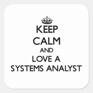 Guarde la calma y ame a un analista de sistemas calcomanía cuadradase
