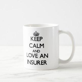 Guarde la calma y ame a un asegurador taza básica blanca