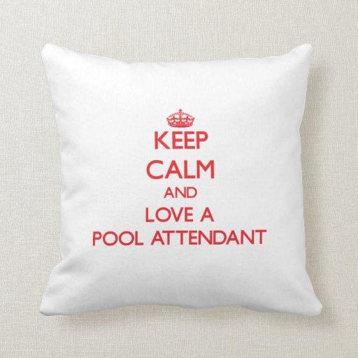 Guarde la calma y ame a un asistente de la piscina cojines