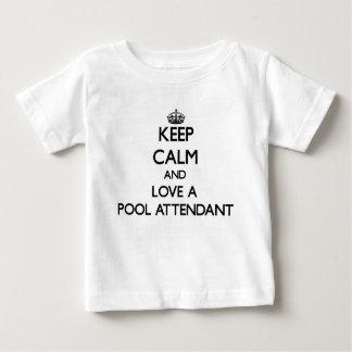 Guarde la calma y ame a un asistente de la piscina playeras