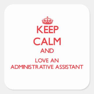 Guarde la calma y ame a un ayudante administrativo calcomanías cuadradass personalizadas