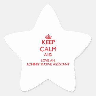 Guarde la calma y ame a un ayudante administrativo pegatinas forma de estrellaes