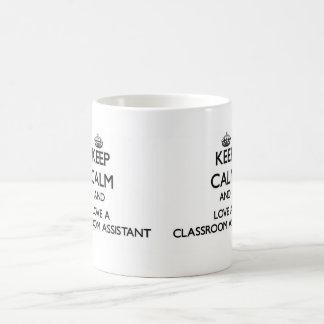 Guarde la calma y ame a un ayudante de la sala de taza básica blanca