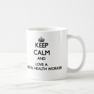 Guarde la calma y ame a un ayudante de sanidad taza básica blanca