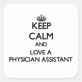 Guarde la calma y ame a un ayudante del médico calcomanía cuadradas personalizada