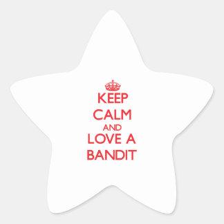 Guarde la calma y ame a un bandido pegatina en forma de estrella