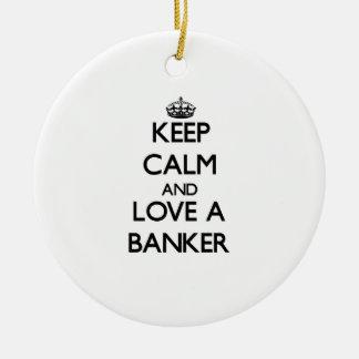 Guarde la calma y ame a un banquero adorno navideño redondo de cerámica