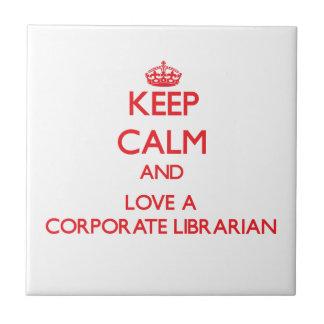 Guarde la calma y ame a un bibliotecario corporati azulejo