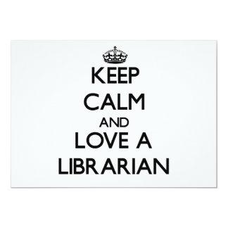 """Guarde la calma y ame a un bibliotecario invitación 5"""" x 7"""""""