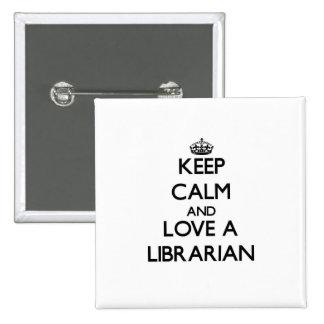 Guarde la calma y ame a un bibliotecario pin cuadrada 5 cm