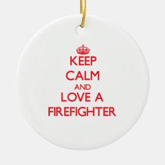 Guarde la calma y ame a un bombero adorno navideño redondo de cerámica