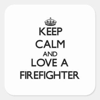 Guarde la calma y ame a un bombero colcomania cuadrada